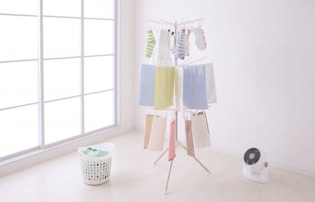 部屋干しでもサーキュレーターを使って洗濯物をすっきり乾かして快適に!嫌な生乾きや部屋干し臭をさせないおすすめの方法